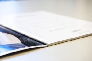 Broschüre Reviderm Rückenleimbindung mit Textilband